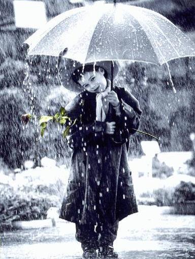 عکس کودک زیر باران